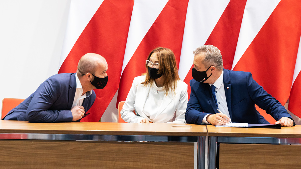 Burmistrz, skarbnik i wojewoda podpisują umowę