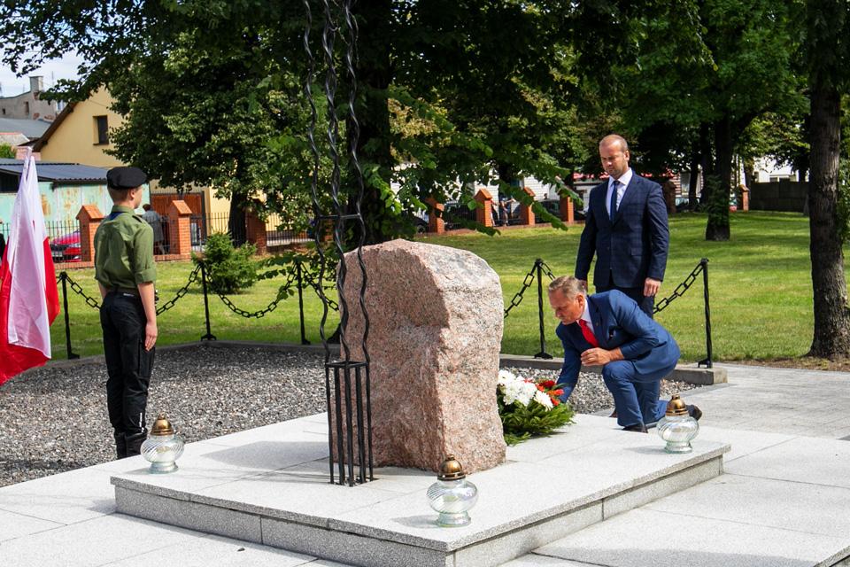 Władze miasta składają kwiaty na mogile poległych żołnierzy