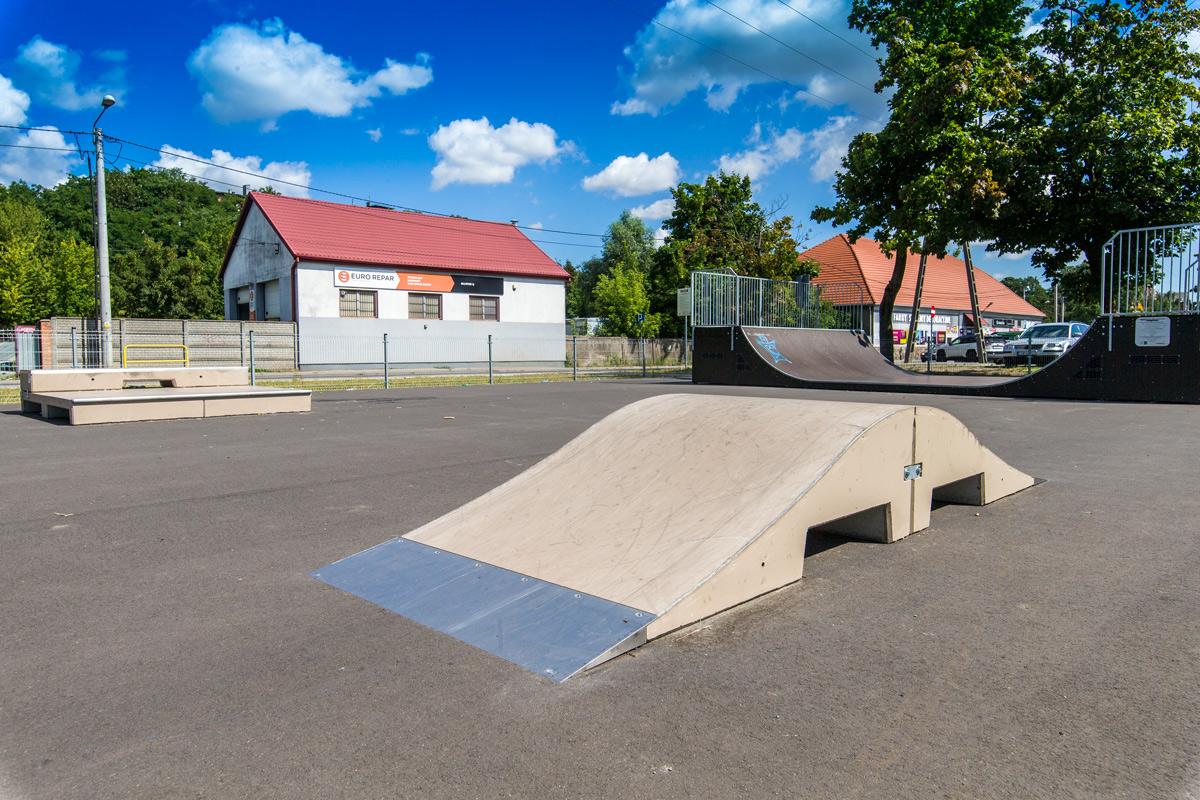 widok na Skatepark przy ul. Wodnej, nowa rampa do akrobacji na rowerach, rolkach lub hulajnogach