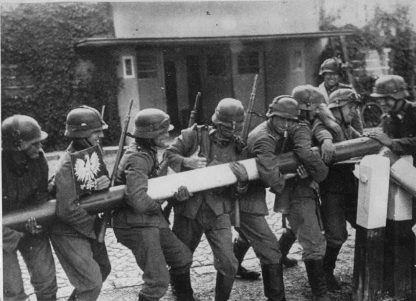 na zdjęciu żólnierze niemieccy usuwają szlaban graniczny z Polską