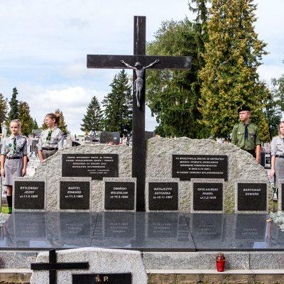 harcerze Hufca Powiatu Świeckiego na warczie przt pomniku pomordowanych w czasie II Wojny Światowej mieszkańców Świecia