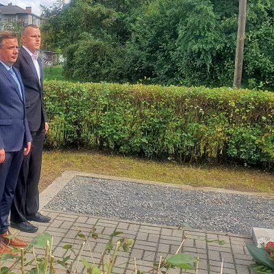 na pomniku pomordowanych mieszkańców w czasie II Wojny Światowej kwiaty składają radni Dariusz Woźnia i Sebastiań Glaźińskik