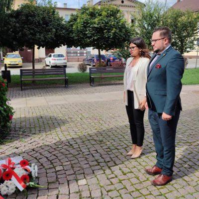 na pomniku pomordowanych mieszkańców w czasie II Wojny Światowej kwiaty składają radny Tomasz Szamocki oraz radna Iwona Karolewska