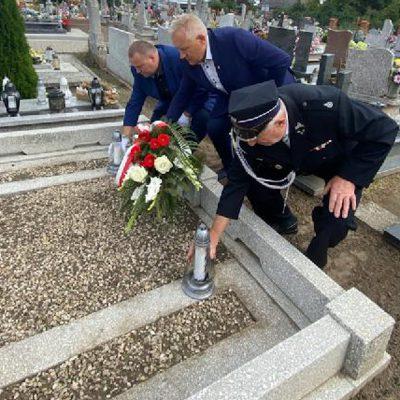na pomniku pomordowanych żołnierzy w czasie II Wojny Światowej kwiaty składają sołtys Gruczna Jan Chudiński, radny Rady Miejskiej Wldemar Chudy