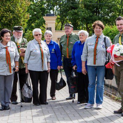 seniorzy oraz komendant Hufca Powiatu Świeckiego na cmentarzu w drodze do pomnika pomordowanych mieszkańców Świecia