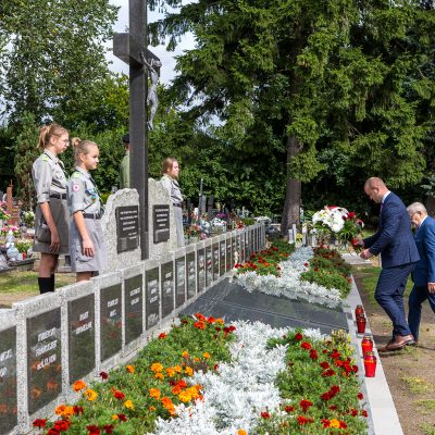 Burmistrz Świecia Krzysztof Kułakowski wraz z przewodniczacym Rady Miejskiej Jerzym Wójcikiem składa kwiaty na pomniki pomordowanych w czasie II Wojny Światowej mieszkańcóe Świecia