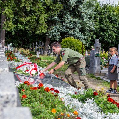 na pomniku pomordowanych żołnierzy w czasie II Wojny Światowej kwiaty składa komendant Hufca Powiatu Świeckiego Bartosz Adamczyk