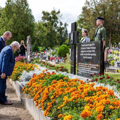 Burmistrz Świecia Krzysztof Kułakowski wraz z przewodniczacym Rady Miejskiej w Świeciu Jerzym Wójcikiem składa kwiaty na pomniki pomordowanych żołnierzy w czasie II Wojny Światowej