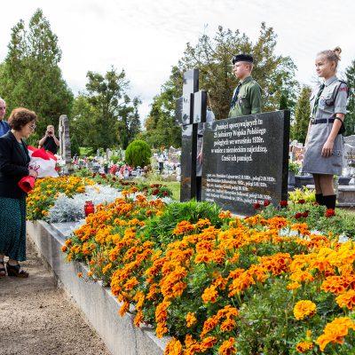 na pomniku pomordowanych żołnierzy w czasie II Wojny Światowej kwiaty składają Starosta Świecki pani Barbara Studzińska wraz z wicestarostą Frańcziszkiem Koszowskim