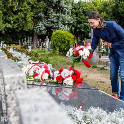 na pomniku pomordowanych mieszkańców Świecia w czasie II Wojny Światowej kwiaty składa Michał Goliński