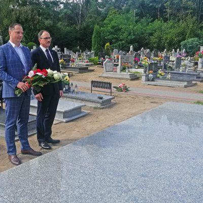 na pomniku pomordowanych żołnierzy w czasie II Wojny Światowej kwiaty składa zastępca Burmistrza Paweł Knapik oraz radny Gogdan Tarach
