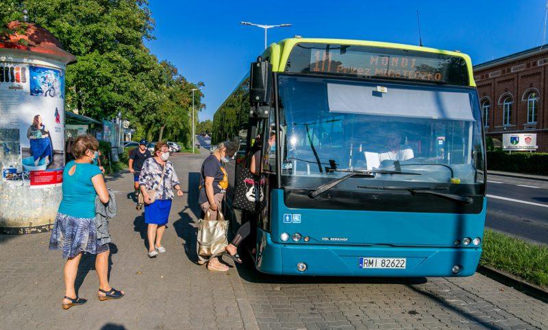 Pasażerowie wsiadają do autobusu